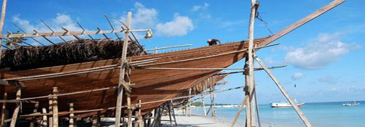 CERITA KEGUNAAN KAYU JATI DI ZAMAN DAHULU - Kegunaan kayu jati sejak zaman dahulu di antaranya adalah sebagai bahan baku pembuatan kapal laut, termasuk kapal VOC yang melayari samudera pada abad 17. Selain itu, kegunaan kayu jati pada zaman dahulu juga untuk konstruksi jembatan dan bantalan rel. Tukang kayu di Eropa pada abad 19 konon meminta upah tambahan jika harus mengolah kayu jati. Ini dikarenakan oleh kayu jati sedemikian keras hingga seringkali membuat peralatan mereka tumpul.