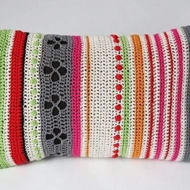 Virkad kudde som varit med i Drömhem&Trädgård på en intervju med mig i nr 6-2012 #crochet #pillow #virkat #kudde #stripes #colours #studiomagenta