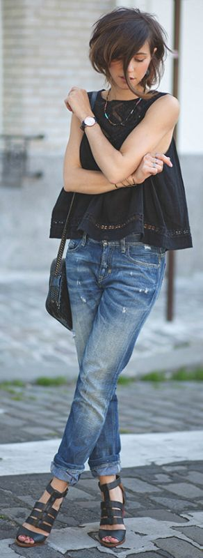 Black top, jeans and sandals… Such a simple outfit. Works. Via Zoé Alalouch Top: Mango, Jeans Meltin Pot, Sandals Pepe Jeans