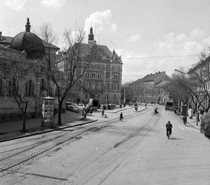 Tisza Lajos (Lenin) körút, balra az Anna fürdő épülete, szemben a MÁV székház.