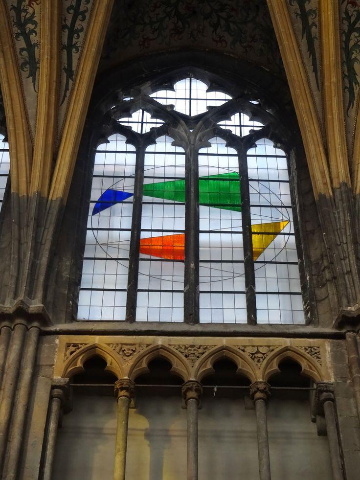 Luik - België - Kathedraal St. Paul. De Zwitserse kunstenaar  Gottfried Honegger heeft 14 ramen gemaakt, voorstellende de schepping van de wereld in 7 dagen - vanaf de chaos tot de orde. Eenvoudige en harmonische geometrische vormen in primaire kleuren, die  een positief gevoel van veiligheid, orde en optimisme moeten doen ervaren. De eeuwenoude glas-in-lood techniek werd toegepast door atelier Loire uit Chartres, en in 2014 geplaatst. Foto: G.J. Koppenaal - 1/11/2016.