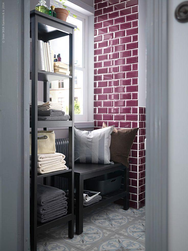 HEMNES badrumsserie i traditionellt lantlig stil ger ett möblerat och välkomnade intryck. Kliv på, för nu blir det vernissage! HEMNES innehåller extra smarta förvaringslösningar som ett högt  spegelskåp och en bänk med en förvaringshylla som hjälper till att få en  hemtrevlig ordning i badrummet. Lägg sen till en vägg med ett collage  av fina små tavlor så har du snart en kö utanför dörren!
