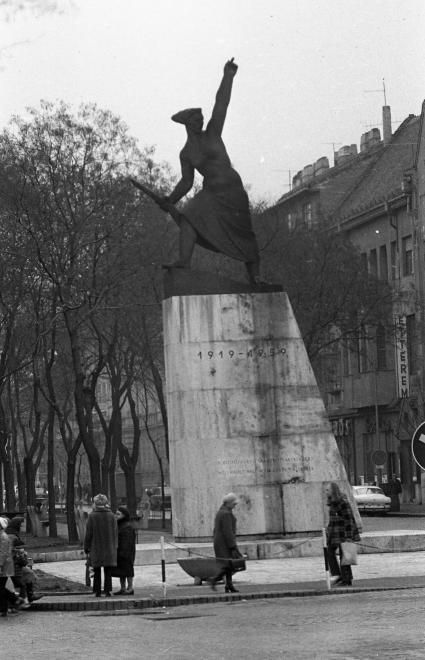 Rákóczi út, Tanácsköztársasági emlékmű (Herczeg Klára, 1959.).