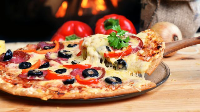 Skvelú domácu pizzu máte hotovú za 20 minút: Zabudnite na zdlhavé kysnutie cesta, stačí to urobiť takto | Casprezeny.sk