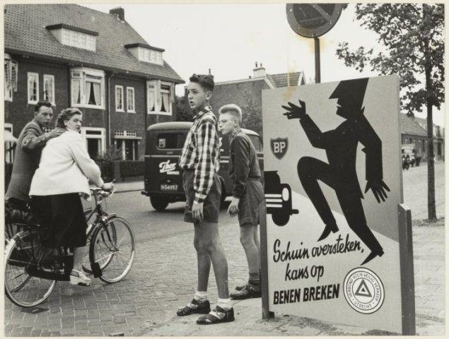 1955:Op de Rijksstraatweg in Haarlem-noord zijn i.v.m. de verkeersveiligheid, zes waarschuwingsborden aangebracht voor voetgangers.