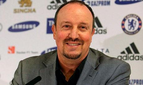 Chelsea gagal, Rafael Benitez tetap tersenyum.