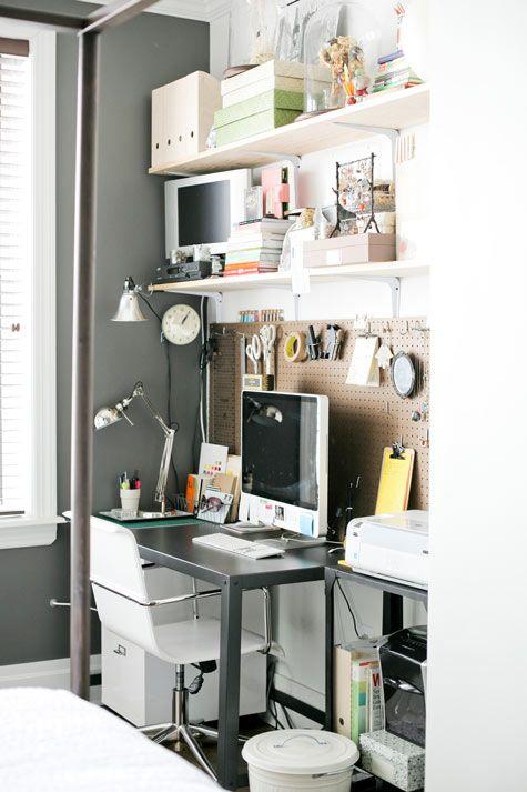 Já os que trabalham em casa, com certeza, precisam de um espaço maior para o home office. Aqui, o conforto é essencial, já que você passará boa parte do seu dia nesse ambiente. Além disso, gaveteiros e prateleiras são bem importantes para guardar tudo o que for necessário.