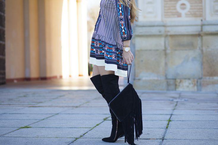 Look alegre que se agradece en invierno, los colores llamativos favorecen todo el mundo, este vestido estampado étnico es ideal para esta época del año.