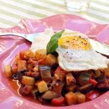 ratatouille med bönor och stekt ägg