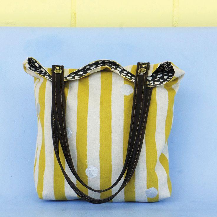 Mit dem kostenlosen Schnittmuster kannst Du eine einfache und stylische Schultertasche aus Canvasstoffen nähen.
