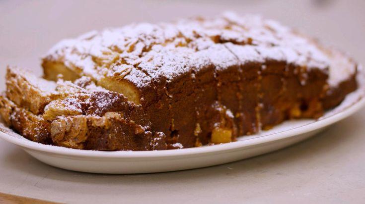 Heerlijke ananascake met topping van amandelschilfers. Het cakebeslag is gebaseerd op de klassieke 'quatre-quarts'. Ananas is het ideale stukje exotisch fruit om er een bijzonder smakelijke cake van te maken. Het fruit is zurig-fris en dat is een prettige aanvulling op de luchtige zoete cake. Je smaakpapillen zullen je ongetwijfeld groot gelijk geven.