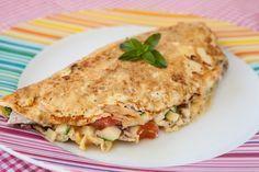 omelete top de frango mimis  ngredientes:  - 1 ovo inteiro  - 2 claras  - 120 gramas de frango desfiado  - salsinha ou manjericão  - 1/2 tomate picado  - 1/2 abobrinha picada crua  (ou outro que você preferir como brócolis, chuchu, etc)  - sal e pimenta do reino à gosto   Modo de preparo:  Pré aqueça a fridigeira anti-aderente e unte com óleo, retirando o excesso com papel toalha. Bata os ovos e despeje na frigideira. Coloque o frango já desfiado, o tomate, a abobrinha, salsinha e tempere.