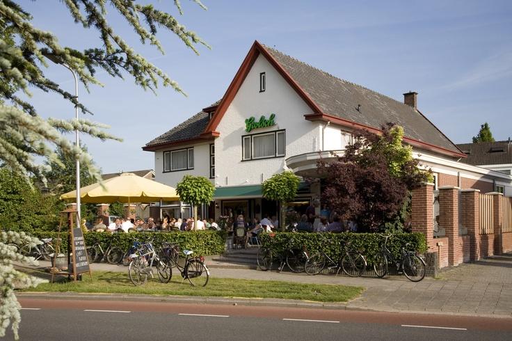 Als onafhankelijk horecabedrijf in Tubbergen (Overijssel) bieden wij u persoonlijke service en natuurlijk ouderwetse twentse gastvrijheid. Voor zowel prive als zakelijke gasten bieden wij ruime eenvoudige kamers. Tevens bent u van harte welkom in ons bijzonder gezellige café met de mogelijkheid tot het nuttigen van uitstekende maaltijden. Tevens beschikt het café over een biljart.