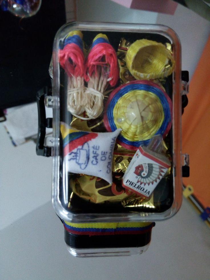 es una imitacion de nuestras maletas de viaje. Con productos tipicos colombianos y muestras de nuestra cultura