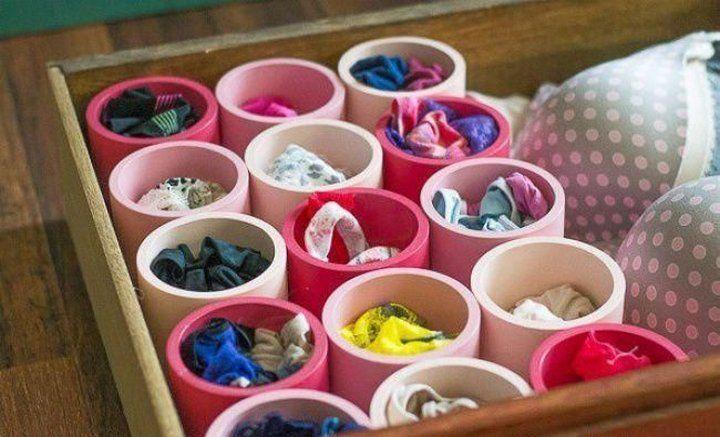 ropa interior guardada en tubos de cartón