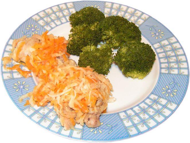 udka z kurczaka pod jarzynami gotowane na parze, brokuł gotowany na parze