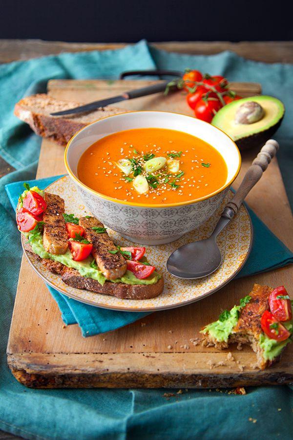 Une délicieuse recette de mi-saison pour passer de l'été à l'automne tout en douceur. Découvrez un velouté de poivrons grillé accompagné de tartines à la crème d'avocat parfumée et tempeh au zaatar.