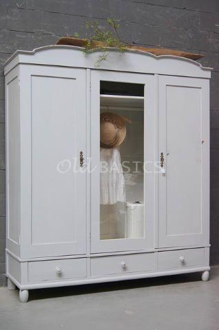 WWW.OLD-BASICS.NL webshop voor brocante, stoer landelijk, vintage en retro meubels. Linnenkast 10087 - Prachtige brocante linnenkast in een lichtgrijze kleur, de binnenkant is wit. Deze oude drie deurs kast heeft in het midden een glazen deur, en een sierlijk golvende koof. Onderin drie lades, de kast is demontabel. Een mooie eyecatcher! Het glas is eenvoudig te vervangen door een spiegel. Kledingkast Warderobe Kleiderschrank