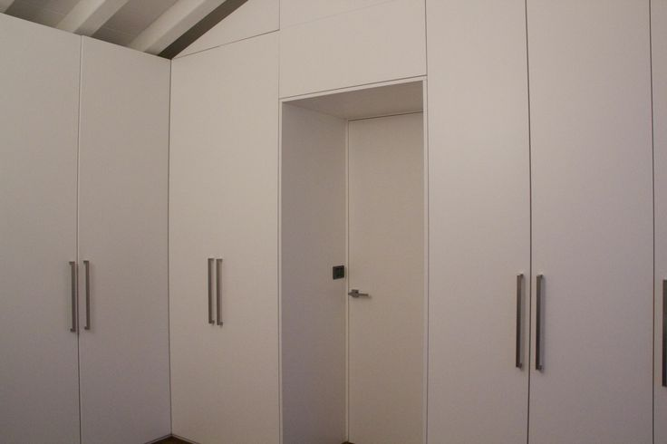 armadio tutt'altezza con porta raso muro integrata.