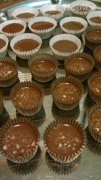 Ľadovú čokoládu mi raz dala ochutnať sestra. A recept je tak jednoduchý, že mi nedá sa nepodeliť. Ja som spravila na sv. Mikuláša balíčky a dávala som ich ako sladký darček. Týmto receptom neurobím dieru do sveta, ale dúfam že poteším mlsné jazýčky.