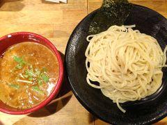 大阪のアメリカ村にあるつけ麺雀アメ村本店っていうラーメン屋が結構人気があります コクと深みがある豚骨魚介醤油味のスープに太めのストレート麺が良く絡んで旨い 豚骨と魚介がそれぞれを邪魔しない味わいがクセになりそう 並み盛りでも麺は200gあって満腹になれるかな もっとガッツリいきたい人は無料で大盛りにできる嬉しいサービスがあるから利用してみてくださいね tags[大阪府]