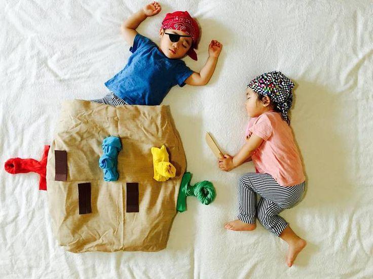 İkizlerinin maceralarını tüm dünya ile paylaşan bir anne olan Ayumi Omori, onlar uyurken bir sahne tasarlıyor ve çocuklarını da bu sahnenin başrolüne yerleştiriyor. Ortaya ise çok komik kareler çık…