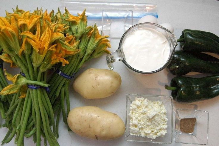 Ingredientes para receta 2 piezas de papa blanca 4 manojos de flor de calabaza 3 piezas de chile poblano 2 tazas de crema de leche de vaca 100 gramos de queso feta 2 piezas de huevo sal al gusto pimienta negra molida al gusto 1 pieza de bolsa de plástico