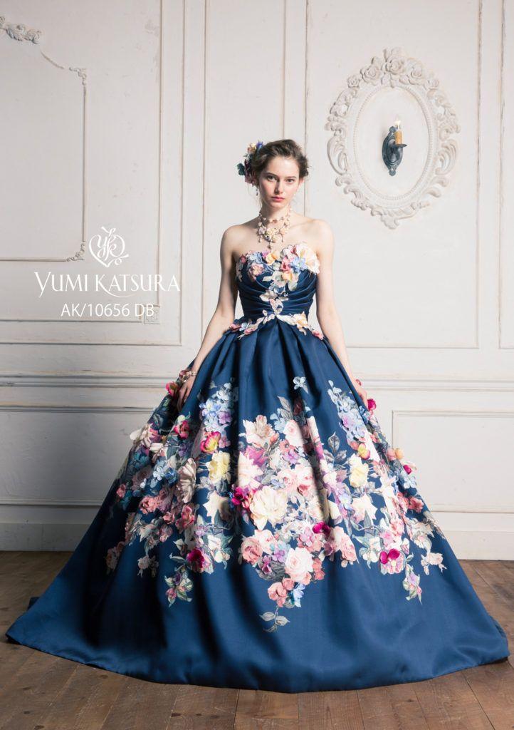AK-10656 - 桂由美 カラードレス - アンティーク調のバラ柄プリントを大胆に使用したエレガントなソワレ。 ダークトーンのグラウンドとのコントラストで鮮やかに浮かび上がる花柄プリントが、落ち着きのある中にも華やいだ印象を与えます。 プリントの柄行きを生かしたシンプルなデザインに、プリント柄の横ぶり刺繍と立体的なお花をあしらって柄の見せ方に変化をつけ