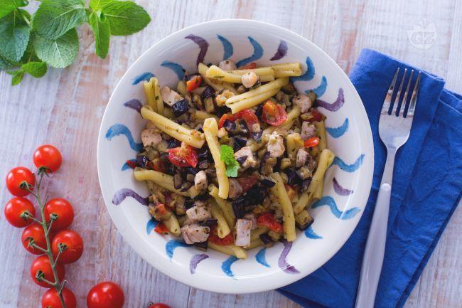 La  PASTA PESCE SPADA E MENTA  è un primo piatto facile e veloce con ingredienti tipici siciliani: melanzane, pesce spada, pomodorini e menta fresca