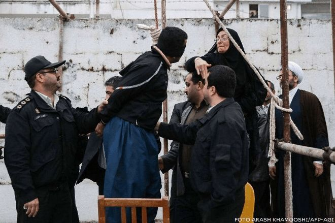 Iran: schiaffo e perdono. Una madre 'grazia' l'assassino del figlio sul patibolo (FOTO)