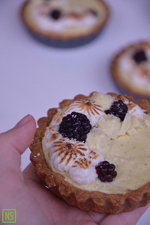 Pistacjowe tartaletki z jeżynami, bezą i białą czekoladą (Pistachio mini tarts with blackberries, merinque and white chocolate) | Nutka Słodyczy