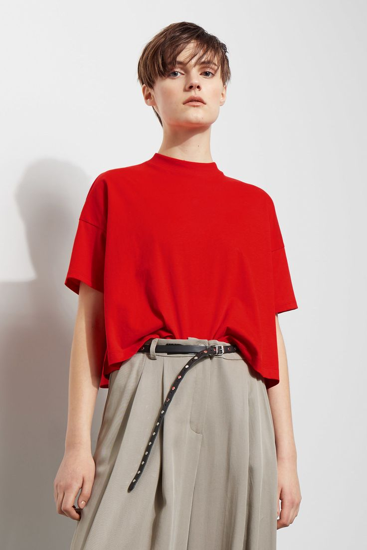 The Carrie Tee is made of soft organic cotton and has a wide, cropped fit. It has dropped shoulders and a ribbed round neck. - Size Small measures 105 cm i