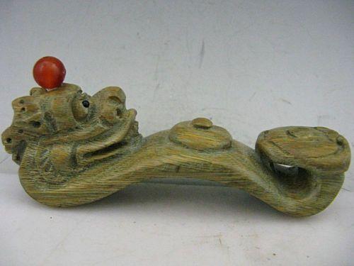 Snuff Bottle em madeira em forma de dragão chinês.