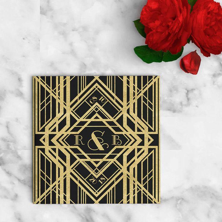 """Trouwkaart: Great Gatsby II  De """"fun"""" van de jaren twintig, de """"roaring twenties"""", waren misschien wel ongeëvenaard, vooral in de verbeelding van de generaties daarna. Maar ook de stijl, zowel in kleding als in bijvoorbeeld drukwerk zoals trouwkaarten, is nog altijd heel populair. En niet zonder reden! Voor deze trouwkaart hebben we ons weer helemaal uitgeleefd met Great Gatsby geïnspireerde patronen, lettertypes en kleuren."""