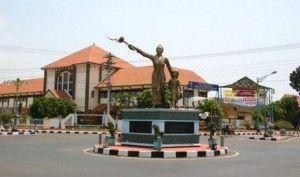 Jepara, salah satu kota di Jawa Tengah, terkenal sebagai tempat di mana tokoh emansipasi wanita, Raden Ajeng Kartin lahir. (Jepara is one or regencies in Central Java. Known as the place where Kartini, a pioneer in the area of women's rights for Indonesians was born.)