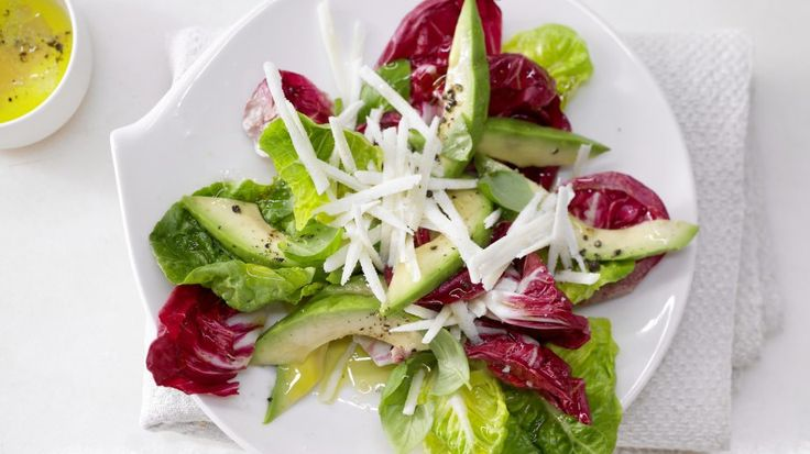 So einfach und so gut: Dieser Salat lebt von den ideal aufeinander abgestimmten Zutaten: Gemischte Blattsalate mit Avocado und gehobeltem Pecorino | http://eatsmarter.de/rezepte/gemischte-blattsalate-avocado