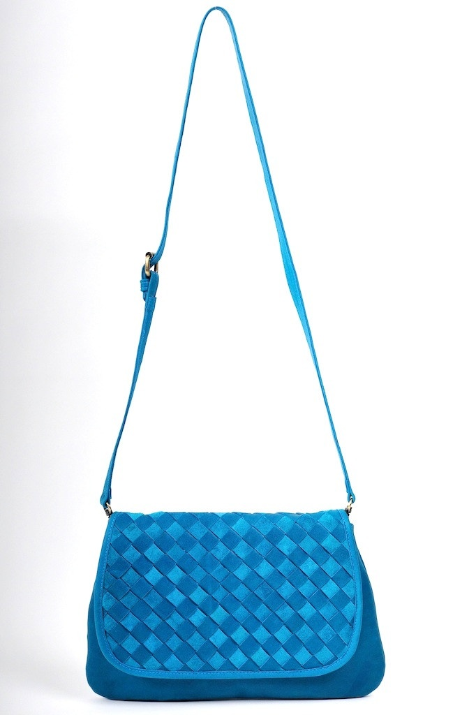 love, love the color on this cross-body bag.