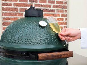Das Big Green Egg aus Hightech-Keramik gehört in jeden Garten! In diesem Grill bleibt das Gargut zart und saftig. Ob Braten, Brot, Pizza, Apfelstrudel oder ein Schoggikuchen. So macht grillen und backen Freude – und das Big Green Egg reinigt sich sogar selbst.  #keramikgrill#holzkohlengrill#gartengrill#barbeque  www.wohn-punkt.ch