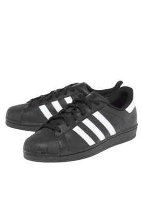 Éstos son zapatos para caminar. Me quiero para la escuela, pero me parece que no tiene mi número. Su marca es Adidas.
