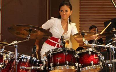 Cerita Musik : HOT FOTO 5 Deretan Wanita Seksi Penabuh Drum Indonesia - HATVELING.COM
