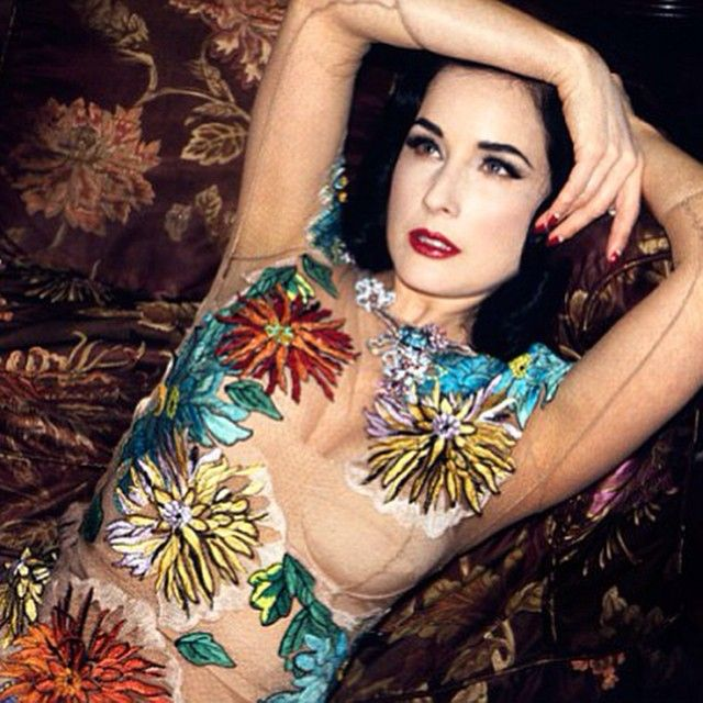 Dita Von Teese intr-o rochie lunga inflorata de la Blumarine. In curand si pe www.dressbox.ro  Sursa foto: insplor.com