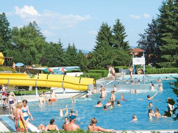 Camping Viechtach is een rustige, schaduwrijke camping, waardoor een smal bosbeekje loopt en heeft een lichtglooiend terrein.  Naast de camping ligt een groot gemeentelijk openluchtzwembadencomplex. In het uitgestrekte bosgebied zijn vele uitgezette wandelroutes en kuuroorden. De camping is gelegen in het Beierse Woud op ca. 6 km van het stuwmeer Höllenstein. Op ca. 1 km ligt een uitgebreid tennisbanencomplex.