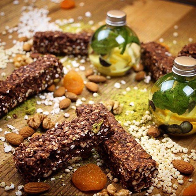 Dieta gluten free e detox ma con gusto? Ecco le barrette home made con quinoa, farro e grano soffiati con cioccolato fondente al 72 per cento. Da gustare con acqua minerale aromatizzata con menta, zenzero e mirtilli #glutenfree #detox #homemade #quinoa #zenzero #borntobetasty #foodloft
