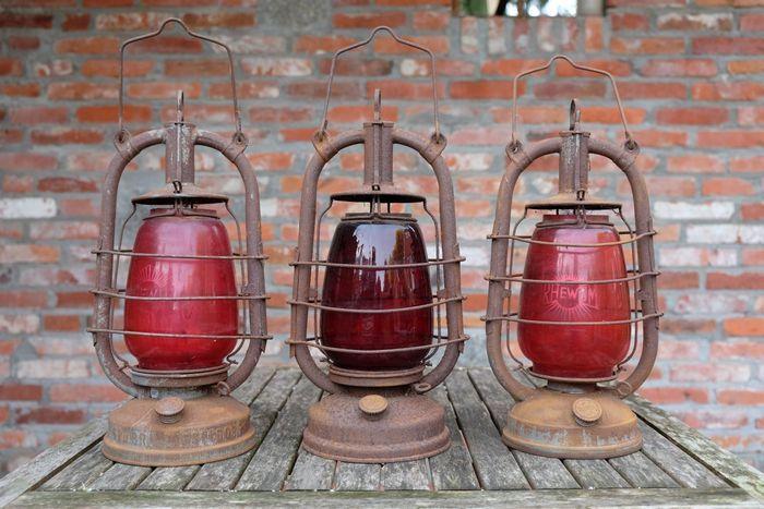 Drie Petroleumlampen RHEWUM met rood glas