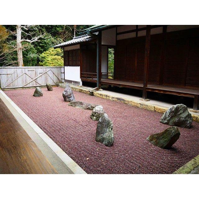 """東福寺塔頭・龍吟庵 Ryogin-an temple in Kyoto  方丈東庭「不離の庭」 zen garden """"the Garden of the Inseparable""""  幼い頃、病にかかり、里山に捨てられた大明国師(東福寺第三世住持)。 狼に襲われそうになったところを、どこからともなく現れた白犬と黒犬がそばを離れず守ってくれました。 おかげで国師は生き延びることができ、のちに立派なお坊さんとなりました\(^o^)/ …という逸話をもとにしたお庭です。 --- とってもめずらしい鞍馬の赤石を、細かく砕いて敷き詰めています。 この砂は、雨が降るとより赤く、美しくなるとのことです(*^^*) ぜひ雨の日にお訪ねください。 (説明が長なってしもた…) #japan #kyoto #temple #Ryoginan #japanesegarden #zengarden #mireishigemori #tofukuji #garden #karesansui #京都 #龍吟庵 #日本庭園 #枯山水 #重森三玲 #永遠のモダン"""