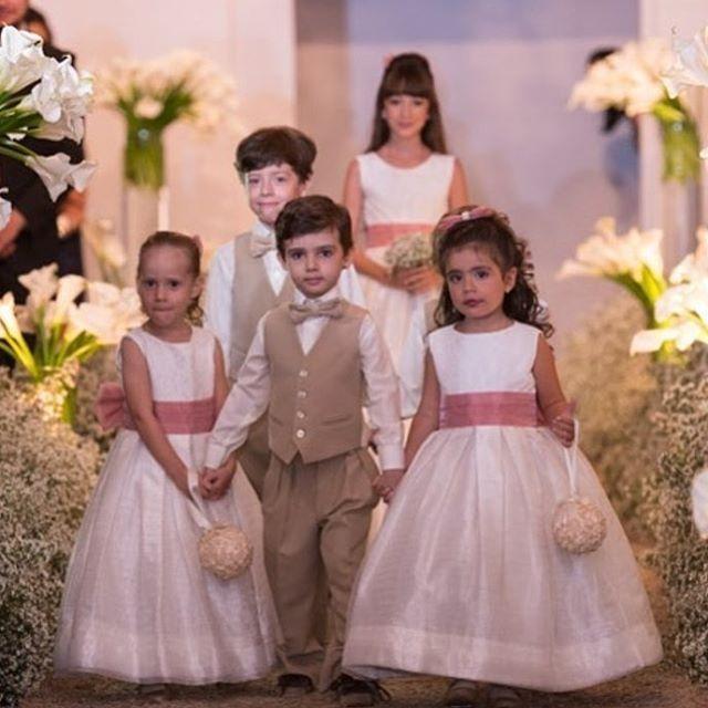 Um domingo cheio de alegria!!! @julianamouracerimonial #damascasadehonra #daminhas #princesas #damamoça #debutante #alegriadeviver #encantarosolhos #amooquefaço #pajem #principes #15anos #aniversarioinfantil #aniversario