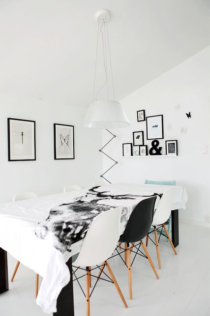 .: Dining Rooms, White Chairs, Rooms Inspiration, Eames Stoelen, Forever Love, Black And White Deer Prints, Interiors, Black White, De Eames