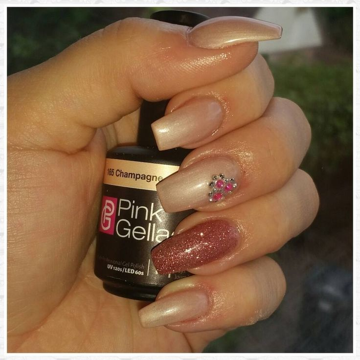 shared Jantina Steenwijk's photo Even mn nageltjes gepimpt met de Pink Gellac champagne en de glitter pink!! Echt ...