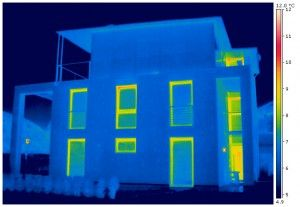 Eine schlechte, falsche oder fehlende Isolierung des Hauses bzw. an Teilen des Hauses hat zur Folge, dass Wärme nach außen entflieht. Thermografie bei Lagerhaus