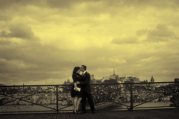 Couple pre wedding portrait session shot by olivier Lalin from WeddingLight Paris shot on Pont des Arts: